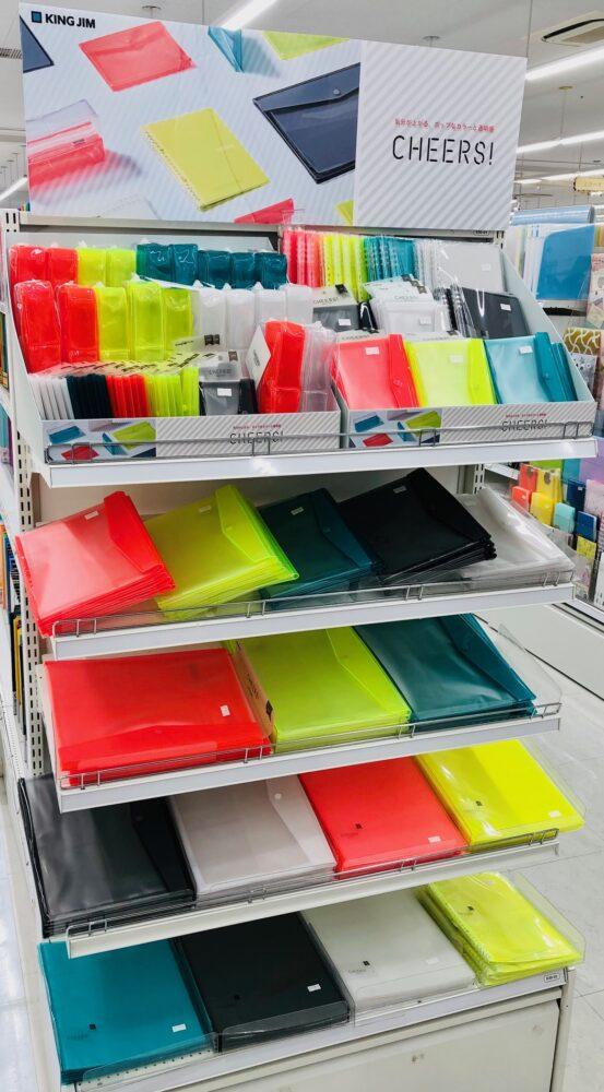 ポップなカラーと便利な機能で応援する文具